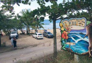 Stranden Domes er ét af de kendte surfspots i Rincon - og både stemningen og bølgerne er værd at komme hertil for.