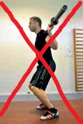 Forkert squat l: Undgå at have bagdelen for langt inde under overkroppen. Dette begrænser din bevægelse.