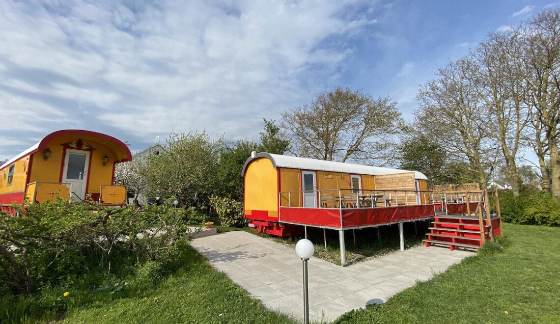 I en cirkusvogn på en mark i Gjøl